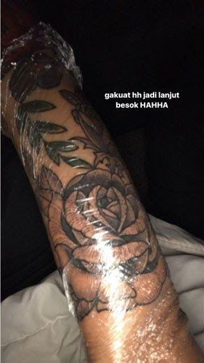 Foto Gambar Tato Bunga Mawar Tak Mampu Tahan Sakit Awkarin Tetap Buat Tato Di Lengan 1 Lembar Besar Besar Penuh Lengan Tato Bunga Gambar Tato Tato Bunga Rose