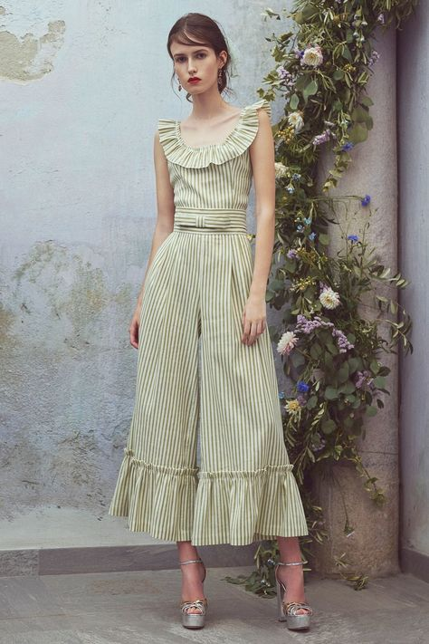 Luisa Beccaria Resort 2018 collection, runway looks, beauty, models, and reviews.