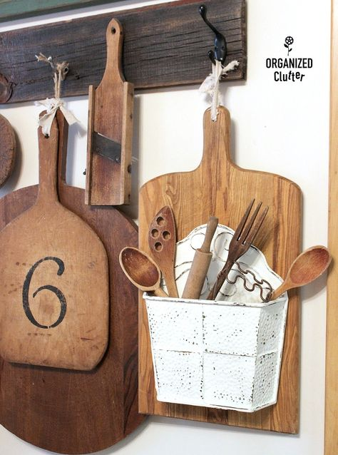 Wonder what to do with old cutting boards and butcher blocks? These DIY upcycled cutting board ideas are perfect for a quick change to your thrifted butcher blocks and old wood boards! Deco Champetre, Diy Cutting Board, Farmhouse Cutting Boards, Thrift Store Crafts, Thrift Stores, Clutter Organization, Funky Junk, Old Wood, Second Hand