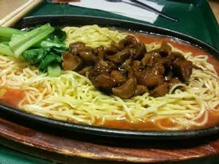 Steak Chikhen Hotplate Dengan Bumbu Yang Khas Dan Sayuran Yang Fresh Enak Dan Mantap Sudah Plus Air Mineral Loooh Yuk Di Coba 16000 Makanan Steak Sayuran