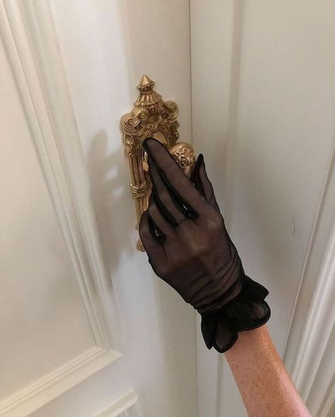 Classy Aesthetic, Black Aesthetic Fashion, Aesthetic Pictures, Gloves Fashion, Fashion Headbands, Modern Disney, Black Gloves, Gossip Girl, Fashion Outfits