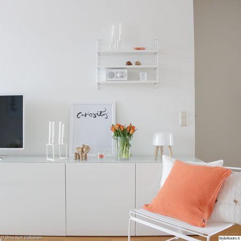 """""""OmaKotiValkoinen"""" on piristänyt olohuonettaan oransseilla yksityiskohdilla, kuten kukilla ja sisustustyynyillä. #olohuone #kevät #kodinsisustus #oranssi"""