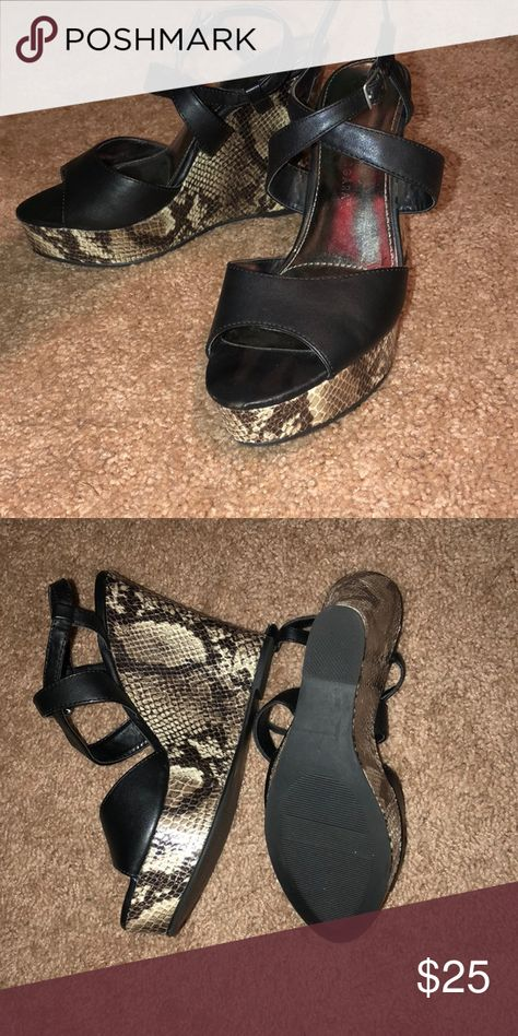 Sofia Vergaea size 8 wedges Snake skin wedges one spot on