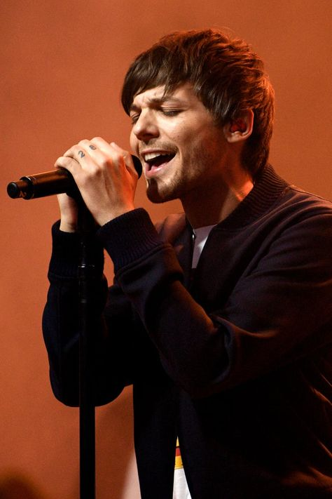 Louis Tomlinson's Debut Album Is an Emotional Masterpiece — These Are My 5 Fave Tracks Louis Et Harry, Louis Tomlinsom, Louis Imagines, One Direction Wallpaper, One Direction Pictures, 1d Day, One Direction Louis Tomlinson, Louis Tomlinson Baby, Harry Styles Photos
