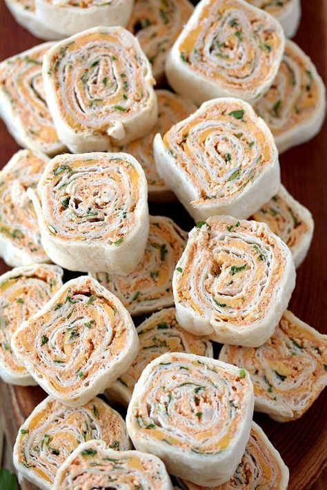 Taco Tortilla Roll Ups - quick and easy party appetizer. Taco Tortilla Roll Ups quick and easy party appetizer filled with cream cheese, sour cream, chicken Finger Food Appetizers, Yummy Appetizers, Party Appetizer Recipes, Mexican Appetizers Easy, Easy Pinwheel Appetizers, Appetizers With Cream Cheese, Easy Appetizers For Party, Easy Christmas Appetizers, Cream Cheese Taco Dip