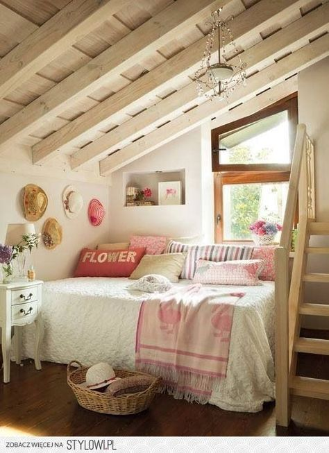 bed in corner, pillows along wall   Decorating ideas ...