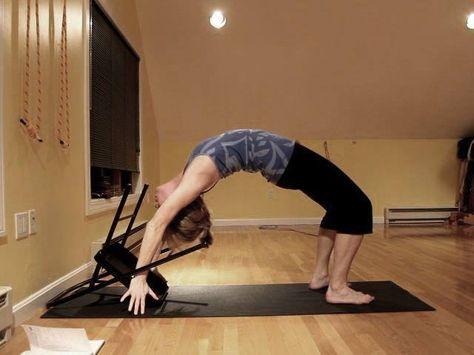 urdhva dhanurasana  yoga con silla yoga y estiramientos