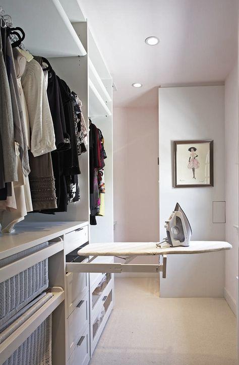 Vestidor con luz y ventilación natural, cestas de ropa para planchar y planchero. Falta una poco de música. De todas maneras un lujo.