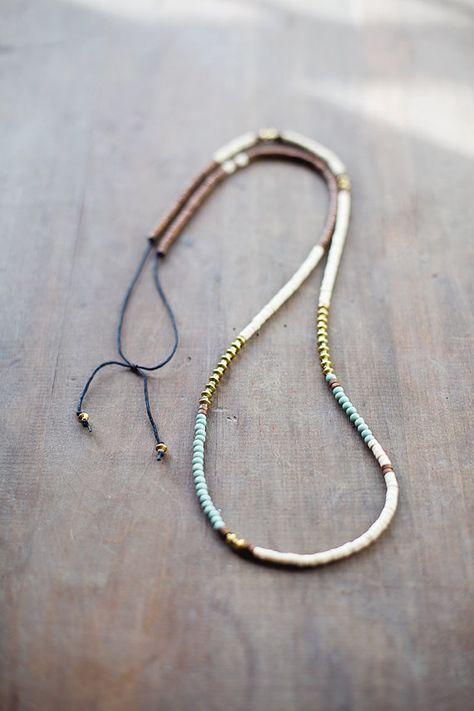 Moderne tribal Halskette hergestellt aus cremig weiße und braune Holzperlen (Größe 4x3mm; 0,16 x 0,12), gewachstem Leinen Leine, böhmische