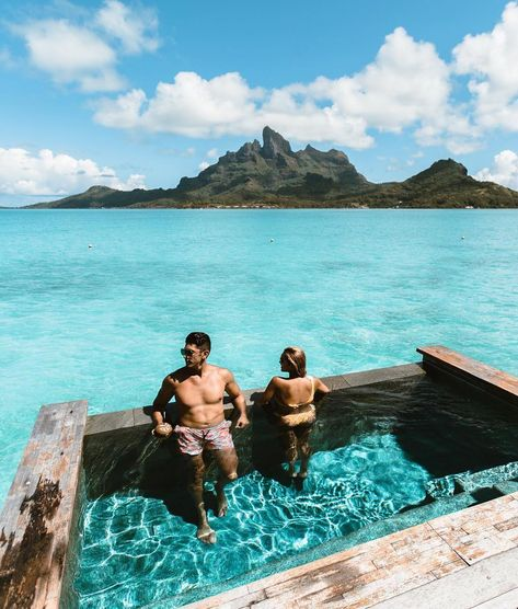 15 of the overwater bungalow suites at Four Seasons Bora Bora have their own plunge pools. What better way to soak in these majestic views of the lagoon and Mount Otemanu? 📸