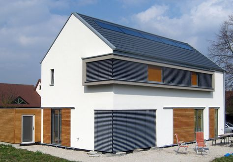 eckfenster einfamilienhaus modern holzhaus satteldach holzfassade fensterladen zum schieben moden sitzfenster mit stutze