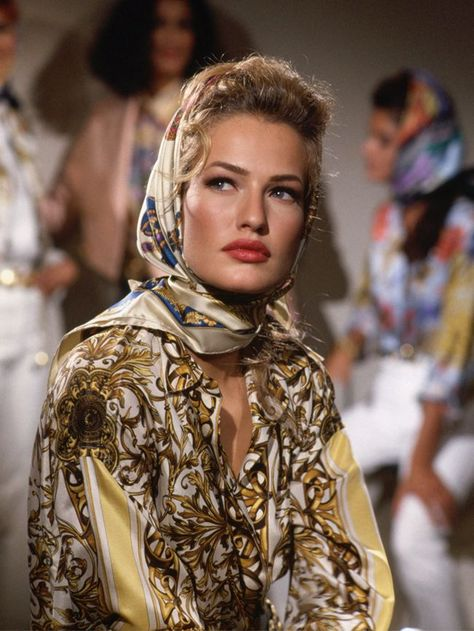 Karen Mulder - Versace is set to be one of the most talked about brands this spring, and here we look back at the most amazing pictures from the archive! Fashion Models, Look Fashion, 90s Fashion, Retro Fashion, Runway Fashion, High Fashion, Fashion Beauty, Vintage Fashion, Fashion Trends