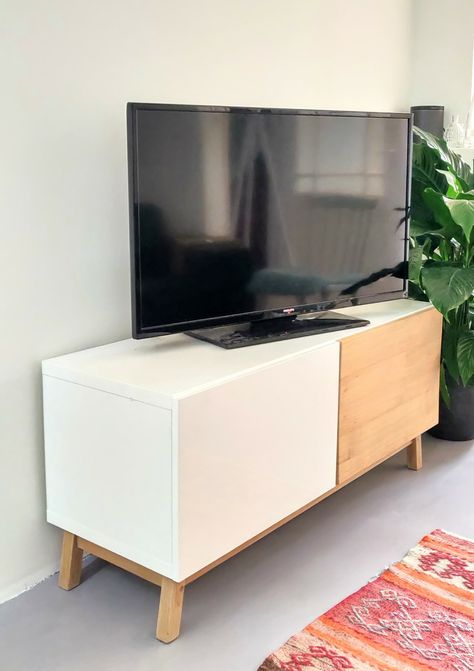 Vol Eiken Tv Kast.Hoogglans Witte Ikea Kast Met Custom Deur En Pootjes Van Massief
