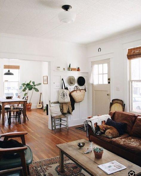 Rustikales Wohnzimmer mit gemütlicher Ledercouch in braunen Cognac - Wohnzimmer Braunes Sofa