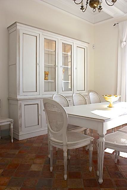 Vaisselier et table de salle à manger blanche avec chaise ...
