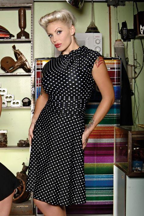 DasBridget Bombshell polkaKleid der Marke Retrolicious. Tolles retro Kleid in A-Linie!Hergestellt aus herrlich elastischem, sehr weichem Stoff mit schwungvoll auslaufendem Rock und niedlichem Polka Dot-Muster. Mit hohem Bündchen mit Bindeband an der Seite, kleinen angrüschten Ärmeln und Faltdetail in der Taille (verhüllt ein eventuelles Bäuchlein).Tragen Sie das Kleid zu einem Fest oder, kombiniert mit süßen Sandalen, an einem...