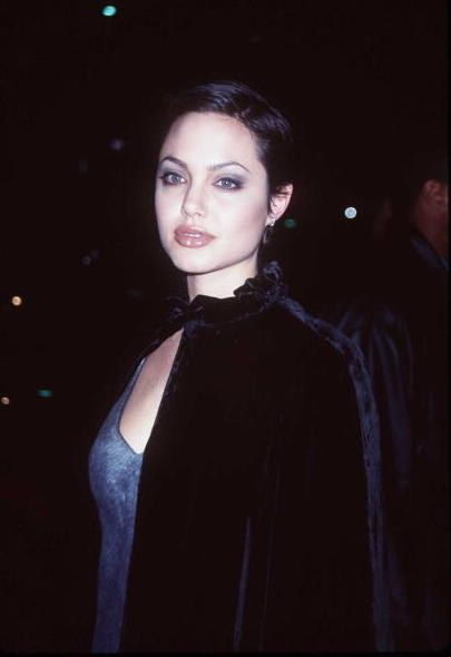21 '90s Celeb Looks That Will Leave You Wanting To Build A Time Machine |  Angelina jolie 90s, Angelina jolie short hair, 90s goth