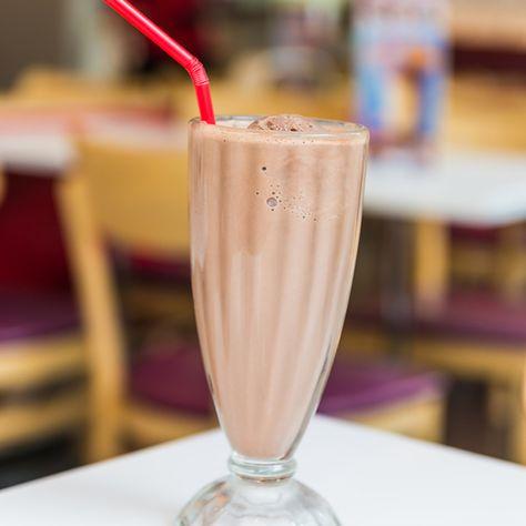 Préparez un délicieux milk-shake au chocolat en seulement 5 minutes grâce à notre recette facile.