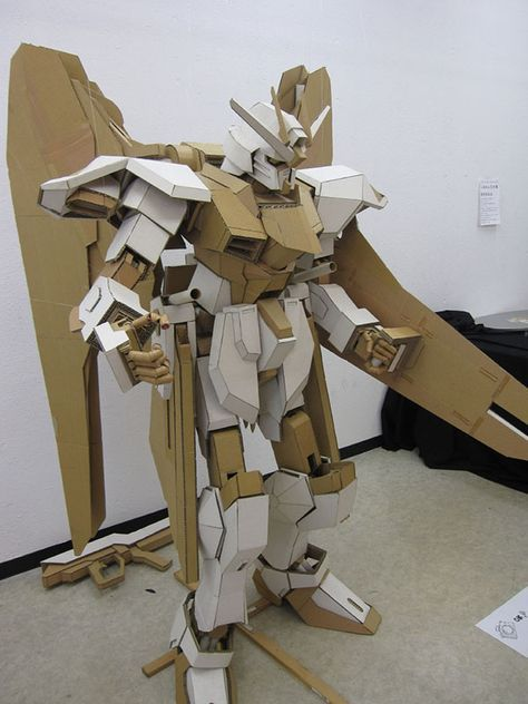 Cardboard Gundam Too Awesome For Words Arte De Carton Escultura De Carton Disfraces De Reciclaje