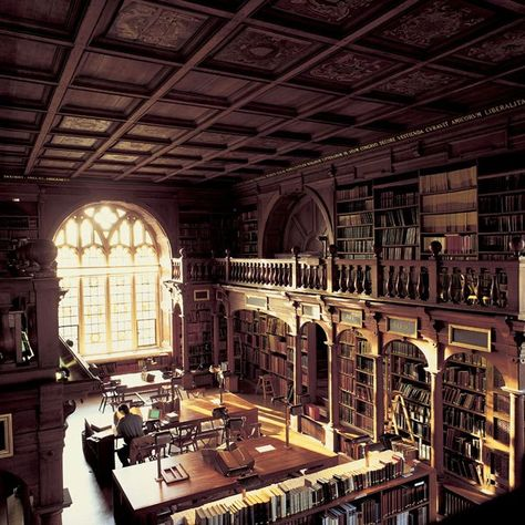 Bodleian Library, Oxford, England :: Considering the school's long list of world-changing alumni—including 26 British prime ministers, 50 Nobel Prize winners, and such creative minds as Oscar Wilde and William Morris—it would be difficult not to feel insp William Morris, Beautiful Library, Dream Library, Library Books, Photo Library, Oxford England, London England, Oscar Wilde, Baroque Architecture