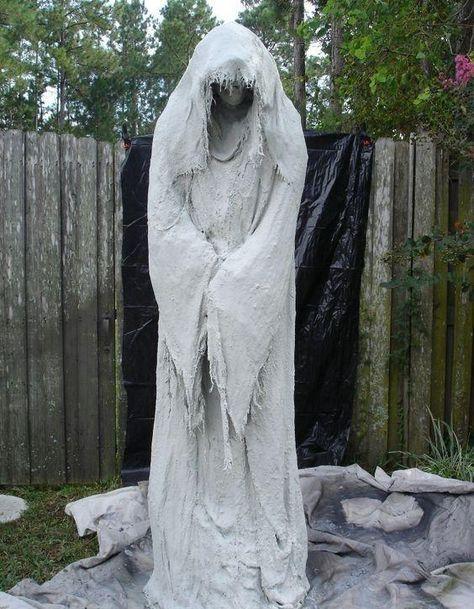 Solch Eine Gespenstische Ghost Dekoration Kann Aus Cheesecloth Und Beton Gemacht Werden Es Ist Ersta Halloween Deko Garten Halloween Deko Halloween Deko Ideen
