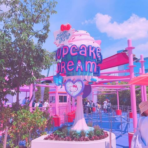 Visiting Japan this summer? 🎌🌴 Hello Kitty Cupcake Dream at Universal Studios Japan will let you enjoy a sweet cupcake ride! 😍🍰 How fun would it be to ride in a kawaii cupcake like this? Hello Kitty Cupcakes, Cat Cupcakes, Ladybug Cupcakes, Snowman Cupcakes, Cupcake Cakes, Aesthetic Images, Pink Aesthetic, Aesthetic Wallpapers, Universal Studios Japan
