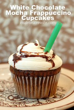 White Chocolate Mocha Frappuccino Cupcakes - mocha cupcakes topped with white chocolate frosting Mocha Cupcakes, Yummy Cupcakes, Flavored Cupcakes, Starbucks Cupcakes, Coffee Cupcakes, Velvet Cupcakes, Gourmet Cupcakes, Strawberry Cupcakes, Easter Cupcakes
