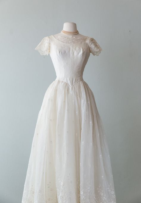 Vintage 1950s Dresses, Vintage Outfits, Vintage Bride Dress, Vintage Wedding Dresses, 1950 Wedding Dress, Lace Wedding, Old Fashioned Wedding, Nice Dresses, Flower Girl Dresses
