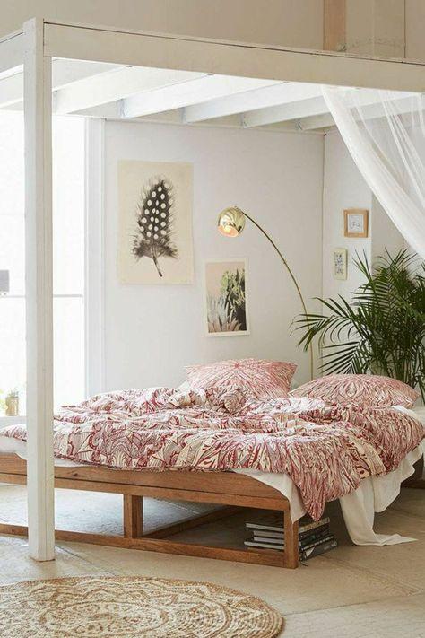 1 lit adulte design en bois brut tapis rons lampe arc murs blancs dans la chambre a coucher