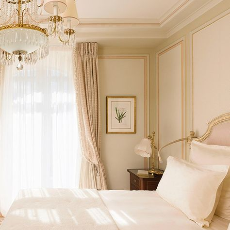 Looking for some French bedroom ideas? well, you are in the right page. French bedroom design is popular for its elegance and whimsy. And plus, this romantic design is so easy to achieve. French Bedroom Decor, Home Bedroom, Modern Bedroom, Paris Bedroom Decor, French Inspired Bedroom, French Bedrooms, Master Bedroom, Home Interior, Interior Design