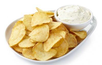 Le chips di patate sono il contorno ideale per accompagnare pietanze quali pollo, hamburger ecc. Sono in pratica delle sottilissime sfoglie di patatine fritte, come quelle che si acquistano in buste nei supermercati.