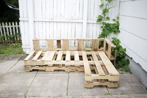 Wooden Pallet Furniture L-shaped wood pallet couch. - This article will show you the steps, materials and tools you need to create an L-shaped couch using pallet wood and how to make no sew cushions. Pallet Couch Outdoor, Wood Pallet Couch, Wood Pallets, Pallet Lounge, Recycled Pallets, Pallet Benches, Pallet Tables, Pallet Bar, 1001 Pallets