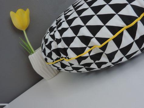 coussin rond noir et blanc style scandinave tendance : Textiles et tapis par happyaime