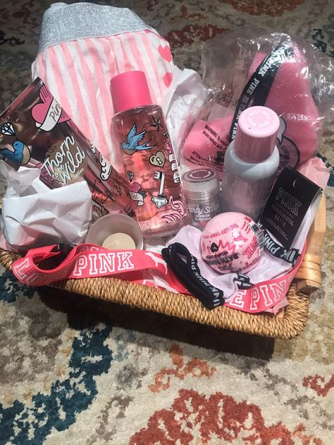 Nov 2019 - Large basket NWT large pj bottoms NWT body spray lotion sponge body mouse socks bath bomb lanyard glitter stick candle all NWT Diy Best Friend Gifts, Birthday Gifts For Best Friend, Bff Gifts, Pink Gifts, Cute Gifts, Gifts For Friends, Cute Birthday Gift, Birthday Gift Baskets, Diy Birthday