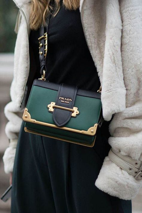 Designer bag / street style fashion / #fashion #womensfashion #streetstyle #ootd #style #handbag #designerbag #luxury  / Pinterest: @fromluxewithlove