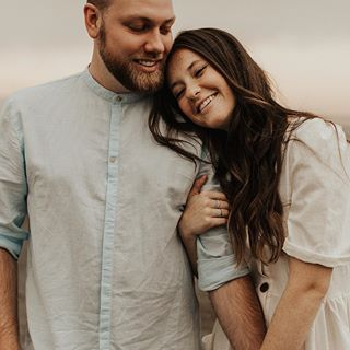 Girl holding guy's hand and arm. Girl lays head on guy's shoulder. Engagement shoot pose. (engagement ph… | Girl holding guy, Engagement shoots poses, Couple posing