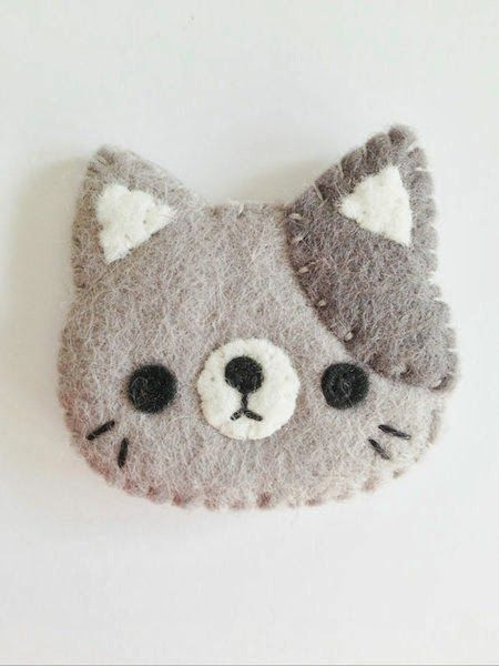 NEW 2014 cat brooch kitty brooch grey cat by littlehappystitches Fabric Crafts, Sewing Crafts, Sewing Projects, Brooches Handmade, Handmade Felt, Chat Crochet, Felt Gifts, Felt Decorations, Felt Cat