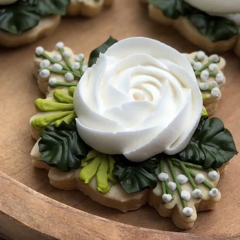 Wow 😯 This is so beautiful! I'm always a hug fan of floral cookies. And this just made me smile. Made by the talented ・・・… Fancy Cookies, Cute Cookies, Easter Cookies, Summer Cookies, Heart Cookies, Valentine Cookies, Birthday Cookies, Christmas Cookies, Iced Sugar Cookies