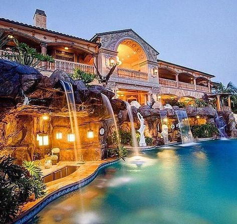 Everyone loves luxury swimming pool designs, aren't they? We love to watch luxurious swimming pool pictures because they are very pleasing to our eyes. Now, check out these luxury swimming pool designs. Crazy Houses, Dog Houses, Fancy Houses, Large Houses, Dream Mansion, Mansion Rooms, Beach Mansion, Luxury Pools, Luxury Swimming Pools