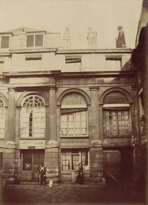 Deux entrées indiquant Corps de garde et Police municipale, cour intérieure - Ancienne Préfecture de police de Paris, rue de Jérusalem, 1850-1854 par Pierre Ambroise Richebourg.