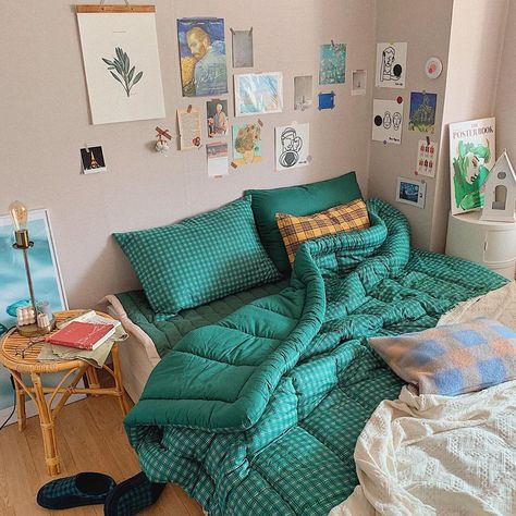 Image shared by WHI Magazine. Find images and videos about art, books and bed on We Heart It - the app to get lost in what you love. Bedroom Decor For Couples, Room Ideas Bedroom, Home Bedroom, Diy Bedroom Decor, Home Decor, Aesthetic Room Decor, Home And Deco, Minimalist Bedroom, Dream Rooms