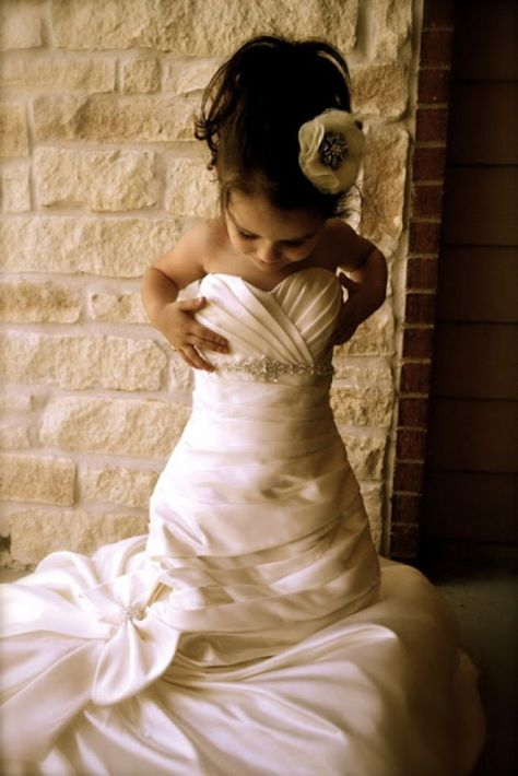 Schöne Idee. Ein Foto von der kleinen in meinem Hochzeitskleid machen und dann später als Geschenk für Ihre eigene Hochzeit.