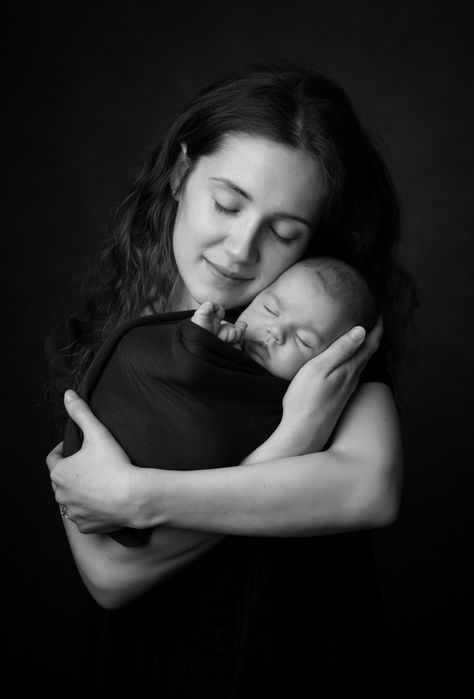 Newborn and mummy pose