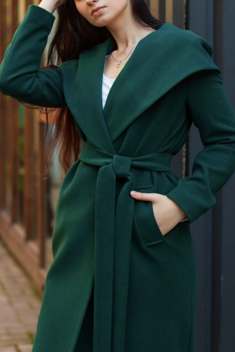 ed66f737183a Осеннее пальто в любимом зеленом цвете. Листопад на улице, дождь или солнце  - никто