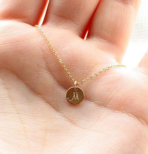 Winzige Goldene Halskette anfängliche, personalisierte Hand gestempelt anfänglichen Charme, Mutter Halskette, Mom-Halskette - Brautjungfer Halskette 14k Gold gefüllt,