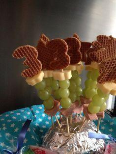 Photo of Kleinkind behandeln; Wurst, Trauben, Käse und eine Stroopwafel. Ausschnitte aus …