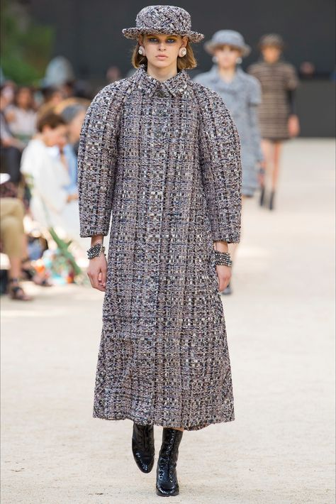 d648a27334 Sfilata Chanel Parigi - Alta Moda Autunno-Inverno 2017-18 - Vogue