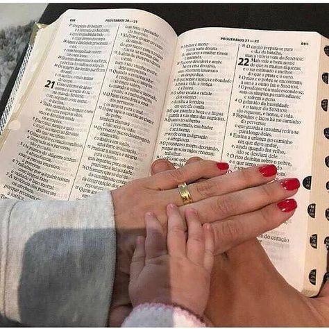 """""""O tempo de Deus tem seus mistérios porém não nos cabe entender mas confiar. O nosso tempo tem pressa o dele tem perfeição. Esperar nele pode ser a mais difícil das escolhas mas Deus é o dono do tempo e como tal determina o nosso hoje e escreve o nosso amanhã. Quem nele espera jamais será decepcionado mas surpreendido.""""  . . . . . . #VersiculosEmDestaque #IgsComProposito #DeusnoComando #JesusChrist #amor #love #romanticos #frases #paixao #solteiros #casais #escolhiesperar #textos #apaixonados #c"""