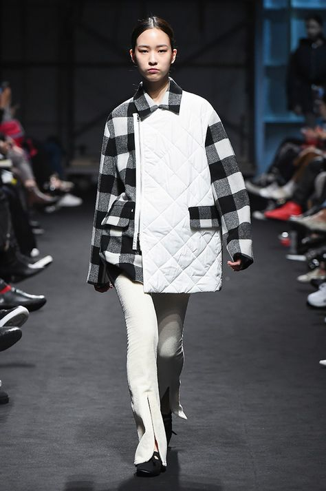 Kiok Seoul Fall 2017 collection, runway looks, beauty, models, and reviews.