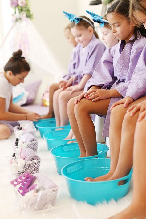 Plan an at home unicorn spa birthday party for girls with these tips and tricks! Do pedicures, manicures, facials and offer a braid bar. Kids will love it! # spa day at home for girls kids At Home Unicorn Spa Birthday Party - See Vanessa Craft Kinder Spa Party, Spa Day Party, Slumber Party Birthday, Sleepover Birthday Parties, Girl Spa Party, Unicorn Birthday Parties, Home Birthday Party Ideas, Spa Birthday Cake, Kids Pamper Party
